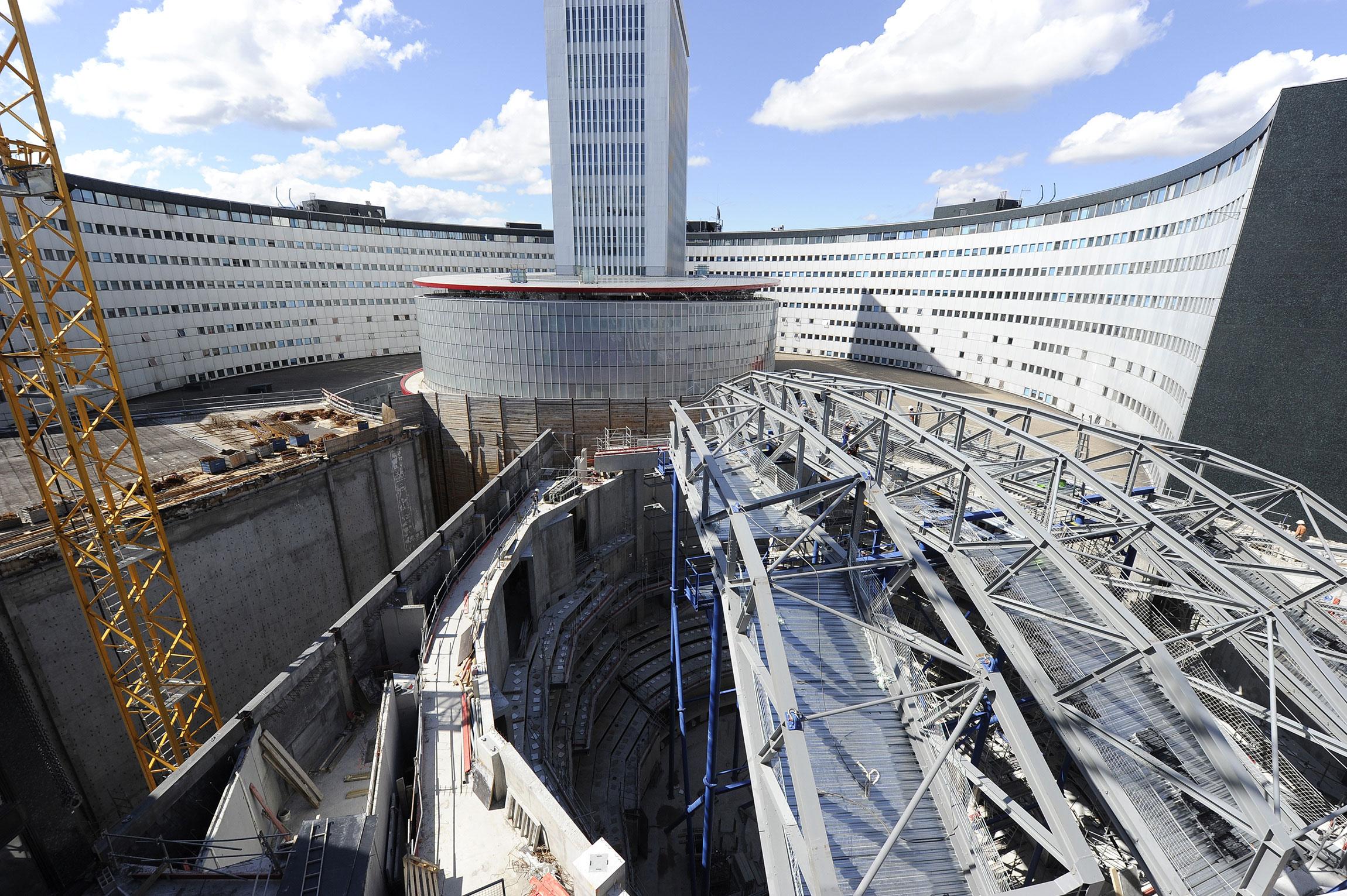 Vue sur le chantier de construction de l'Auditorium depuis la cour intérieur de la Maison de la Radio. C. Abramowitz / Radio France