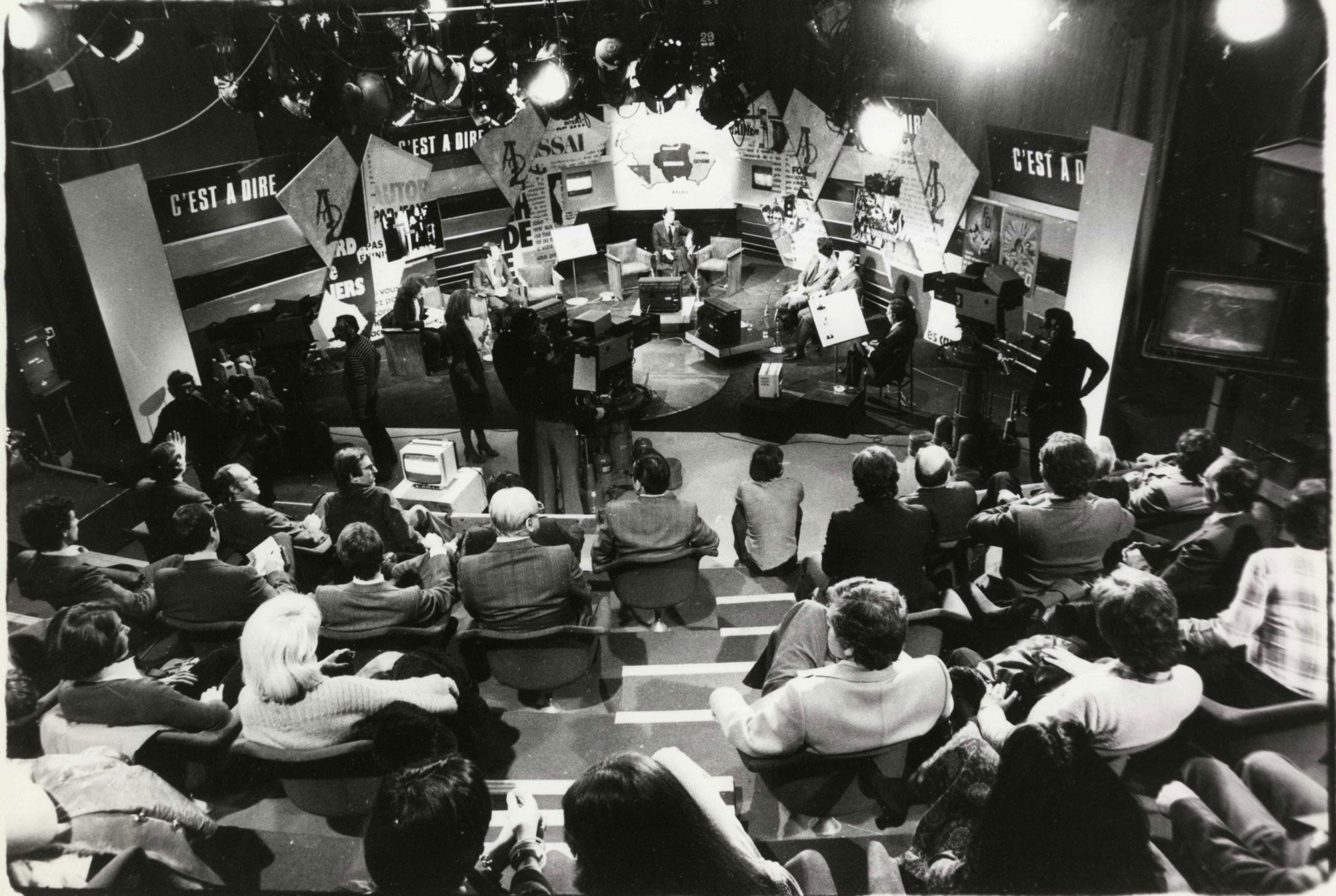 Photo prise à partir de 1976 dans le Studio 101 durant le tournage de l'émission de télévision « C'est-à-dire » présentée par Georges Leroy et Jean-Marie Cavada  / Archives écrites de Radio France.