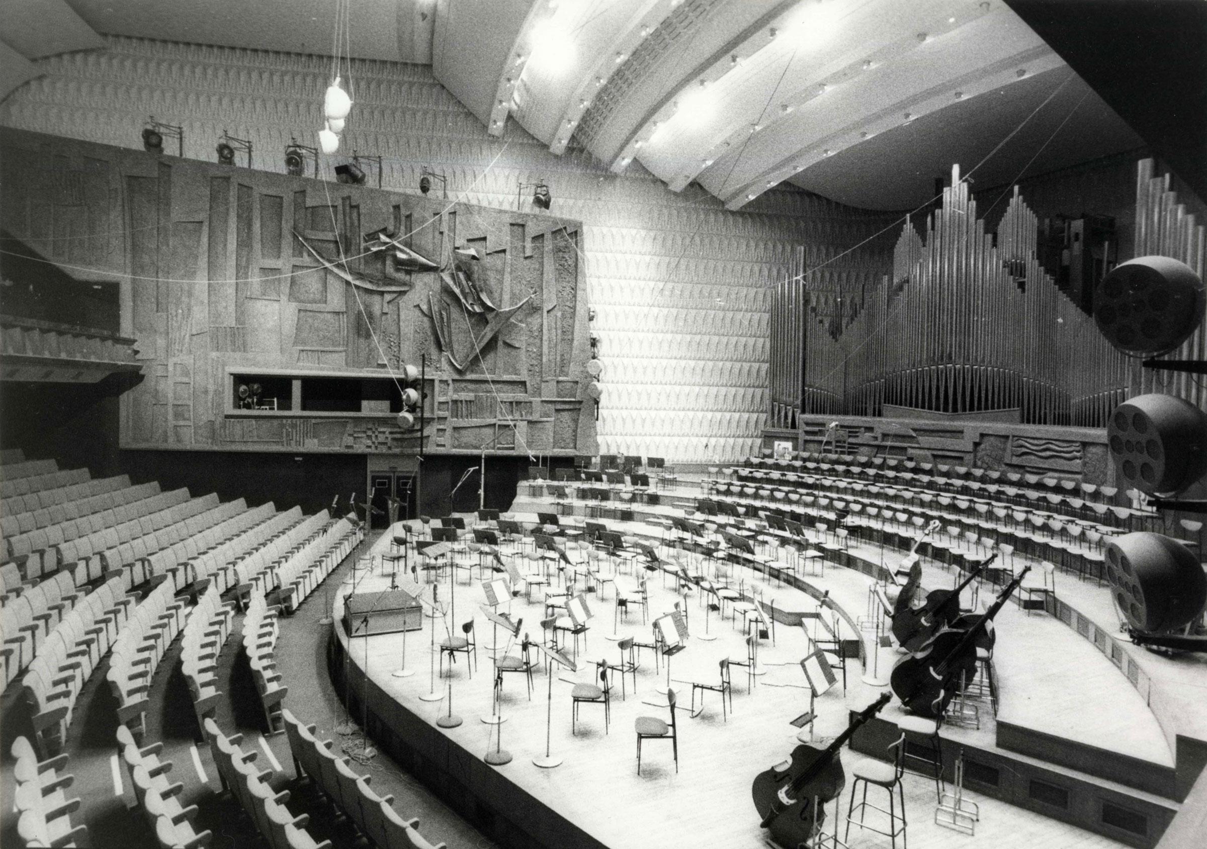 La grande salle de musique, actuellement Studio 104. Au fond, l'œuvre <i>Bas relief</i> de Louis Leygue ©Archives écrites de Radio France
