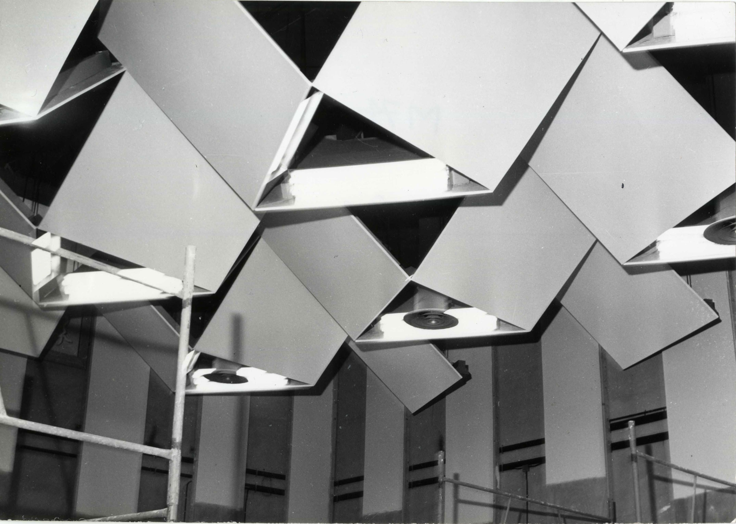 Photo du plafond acoustique du studio 107 de la Maison de la Radio, 1963 / Archives écrites de Radio France